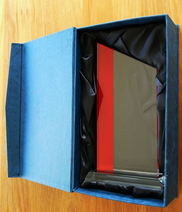 Thumb_Glass award box red band and clear glass