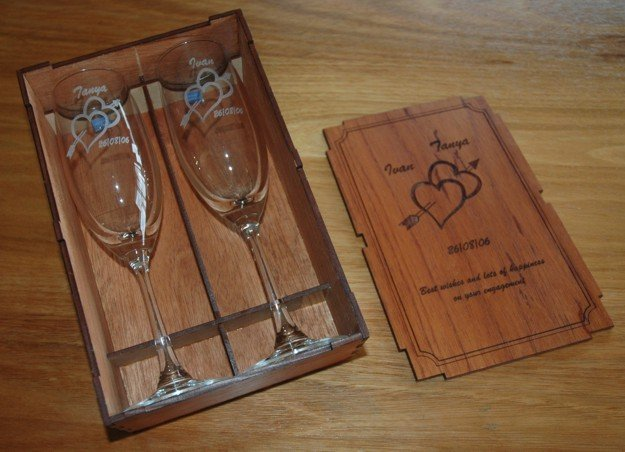 Thumb_Cherry box with pair champagne flutes engraved